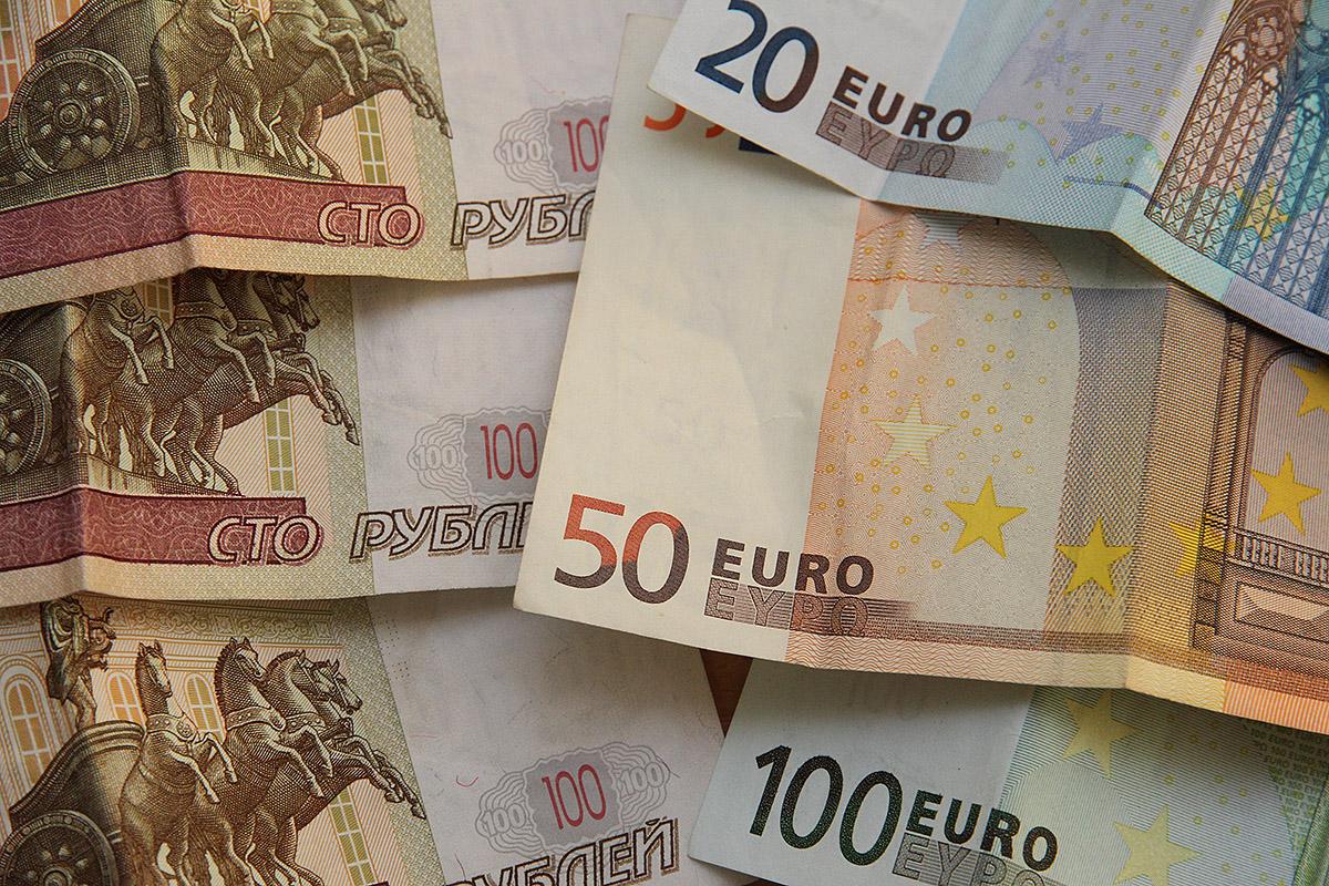 Навстречу новым рекордам: евро — 73 рубля, доллар — 59