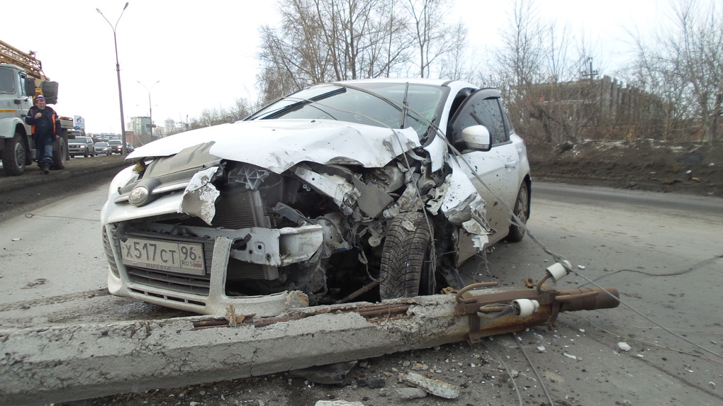 На Егоршинском подходе Ford догнал КамАЗ и намотал на себя столб освещения