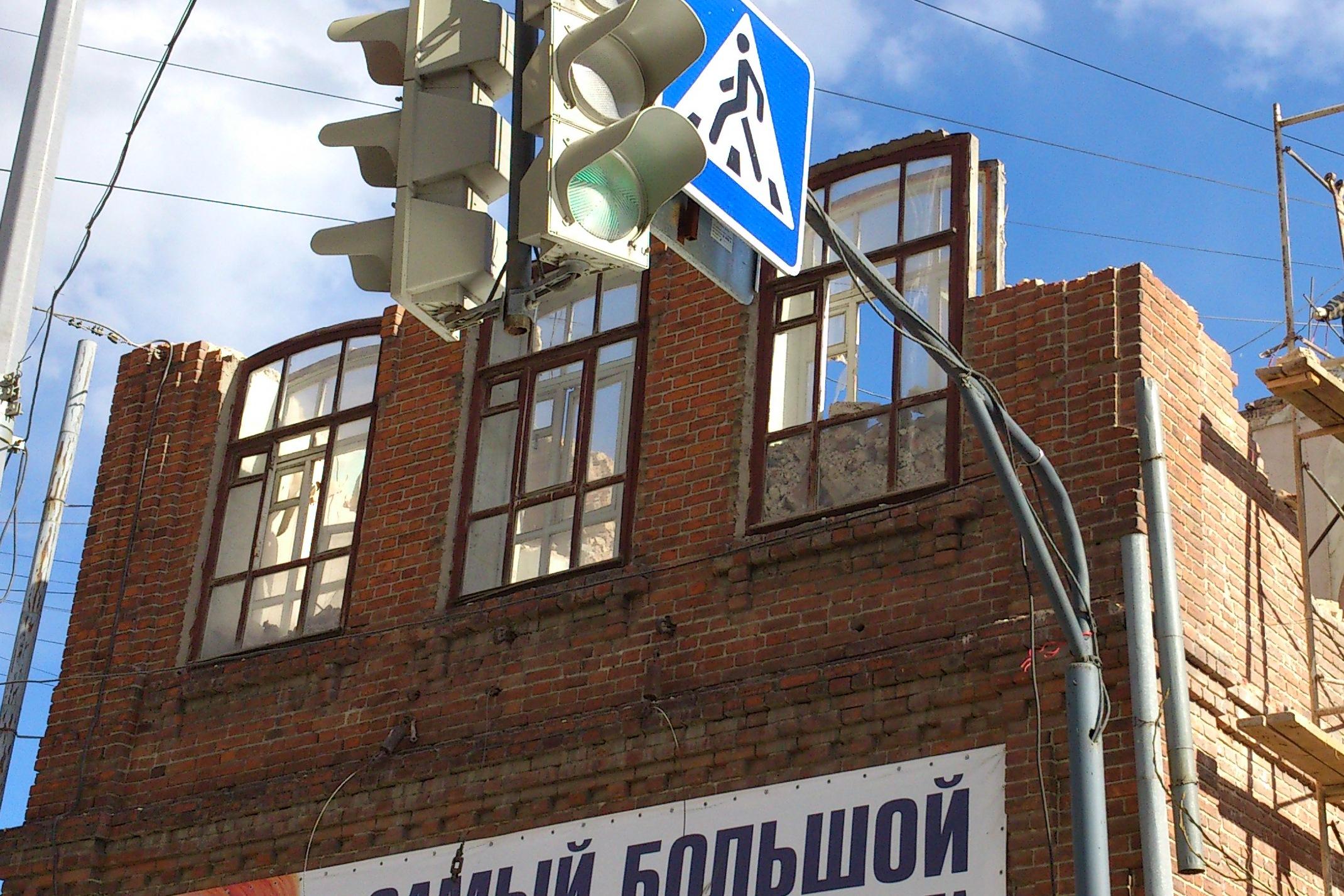 Екатеринбуржцы обеспокоены разбором здания на Луначарского
