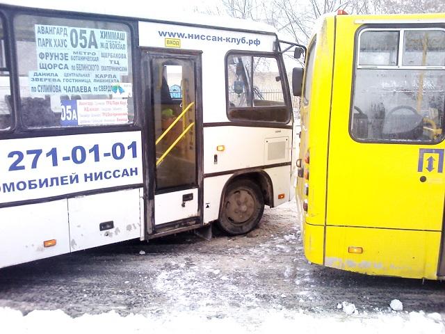 На улице Белинского столкнулись два пассажирских автобуса