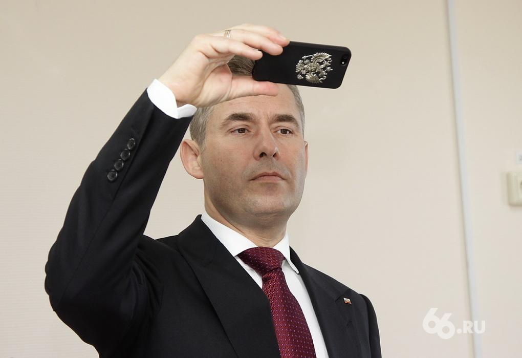Ревизор Астахов в роли провокатора: ищет слабые места Куйвашева и раздает конфеты детям