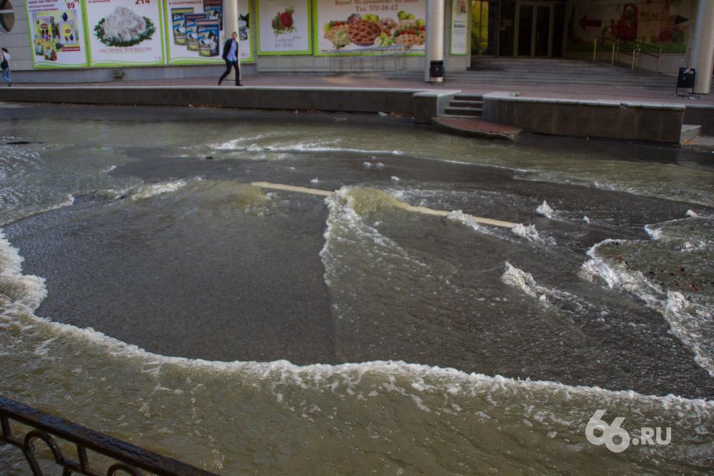 Переулок Красный затопило водой, машины встали в пробке