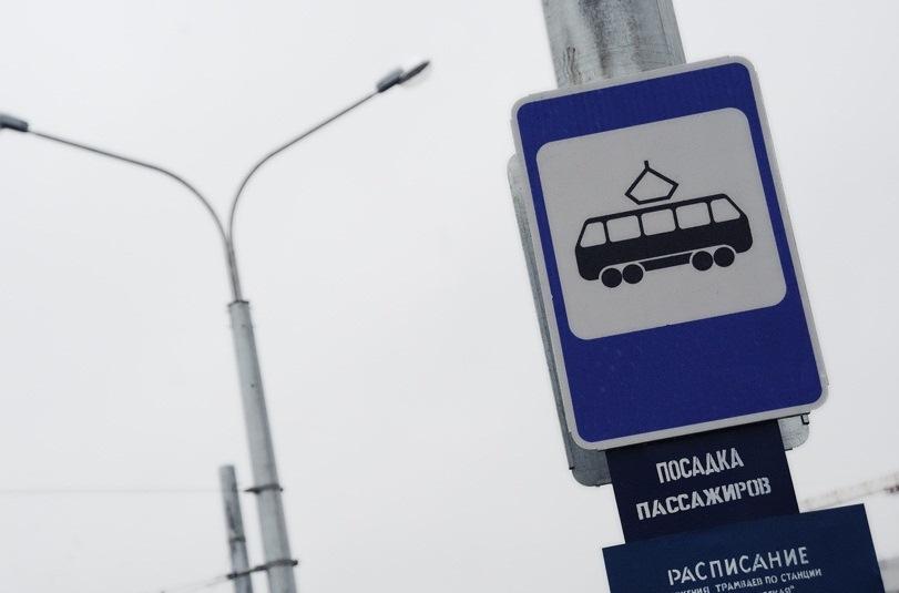 В Екатеринбурге в резко затормозившем трамвае упала пассажирка