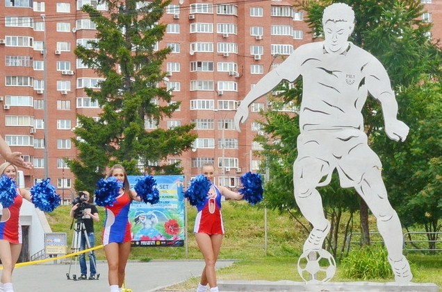 Стальных футболистов у ЦПКиО осыпали воздушными шарами
