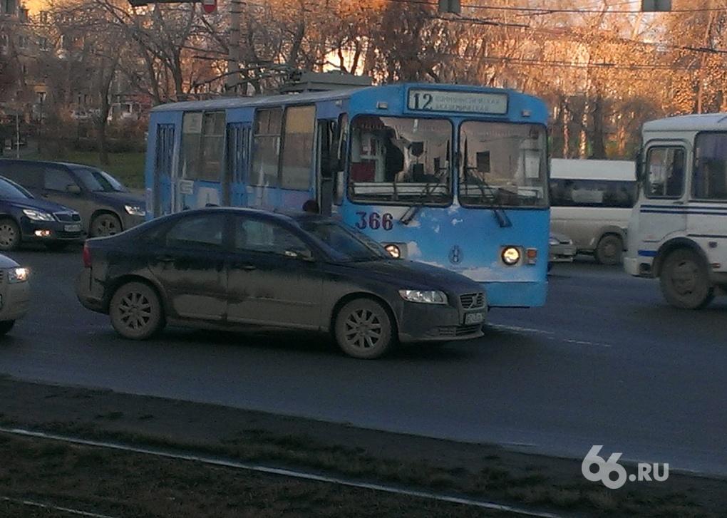 На Челюскинцев столкнулись Volvo и троллейбус