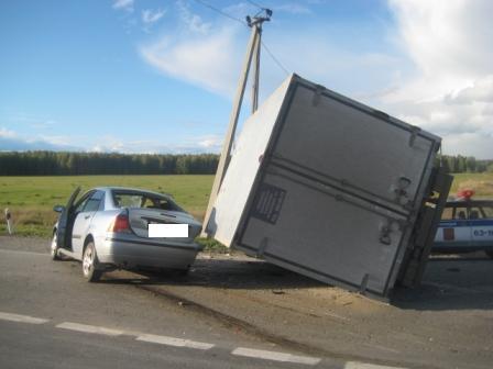 На Тюменском тракте столкнулись три легковушки и грузовик