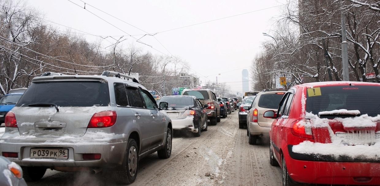 «Строители перекрыли полдороги»: ВИЗ сковали утренние пробки