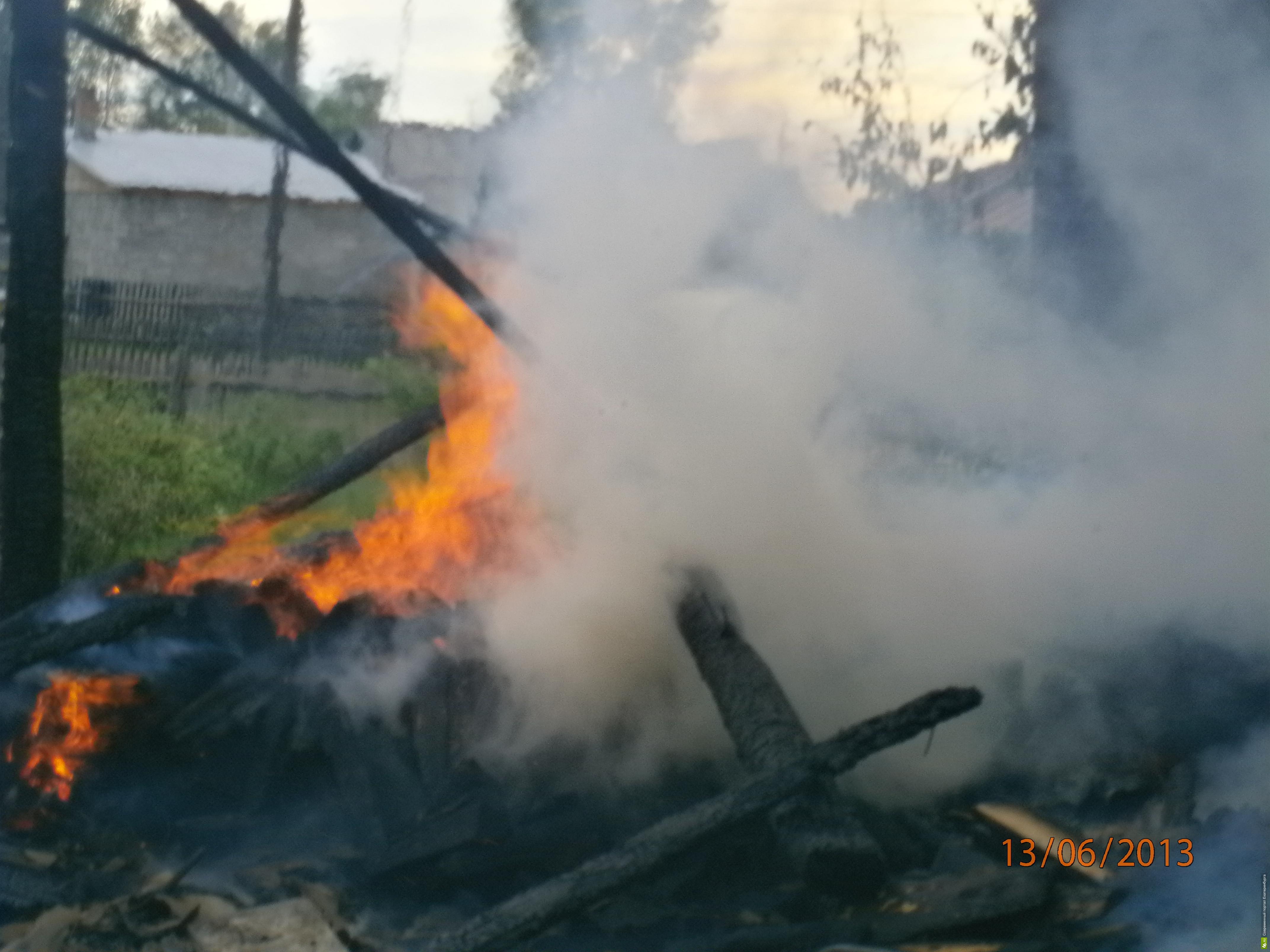 МЧС: хозяева сгоревшего дома в Ивделе, возможно, были пьяны