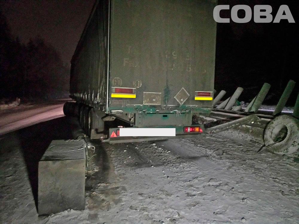 На дублере Сибирского тракта КамАЗ сложило пополам и выкинуло на ограждение
