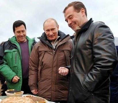 Медведев и Путин на пару собрали урожай кукурузы
