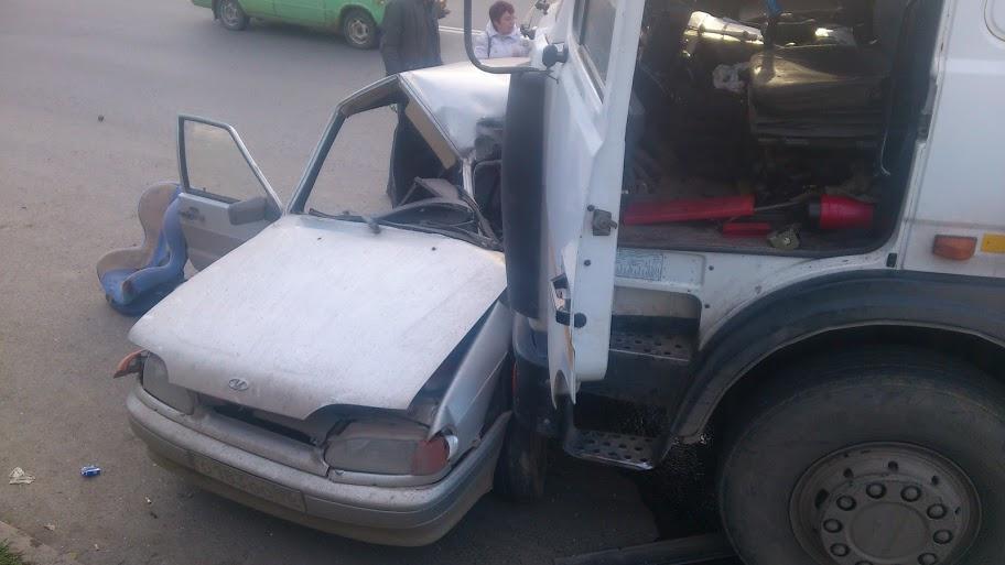 На Восточной легковушка залетела под колеса грузовика