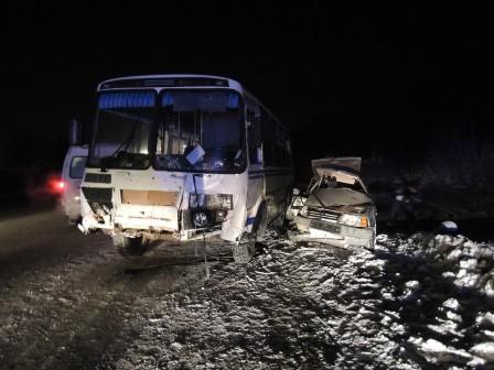Возле Богдановича пьяная «девятка» врезалась в автобус