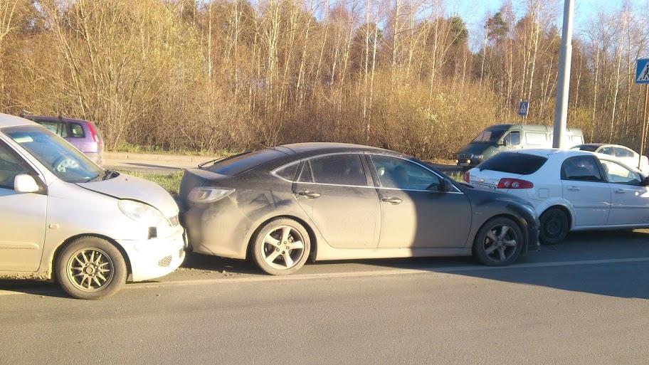 Дедка за репку: на Егоршинском проезде столкнулись четыре машины