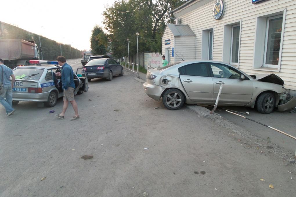 Екатеринбуржец въехал в магазин на Шефской на своей «Мазде»