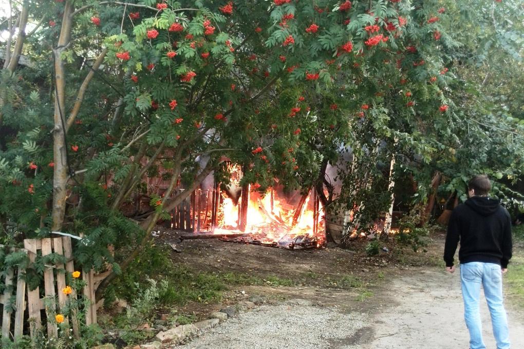 На Библиотечной горит заброшенный барак