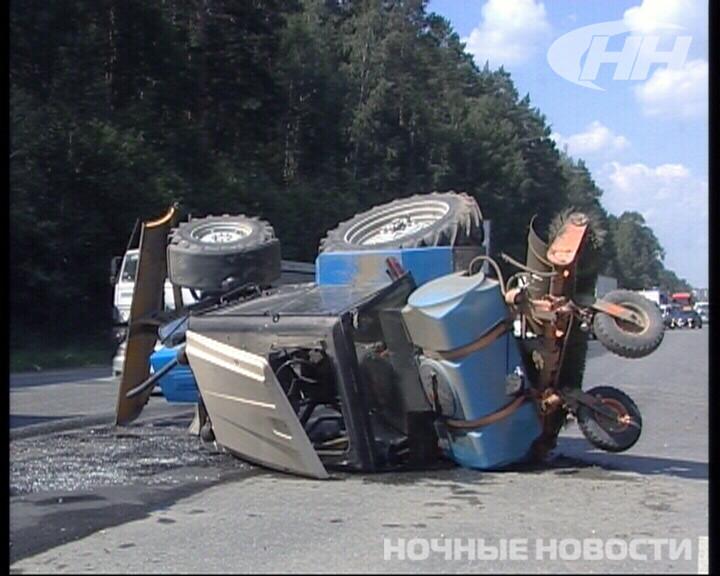 В Екатеринбурге трактор перевернулся после столкновения с легковушкой