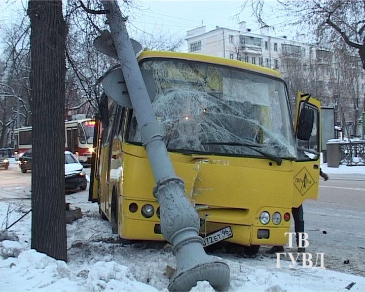 Автобус снес фонарный столб на проспекте Ленина