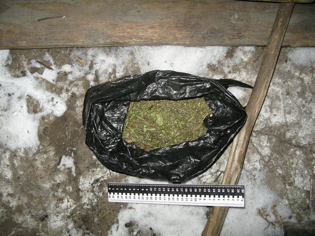 Житель Артемовского хранил на чердаке коробку с марихуаной