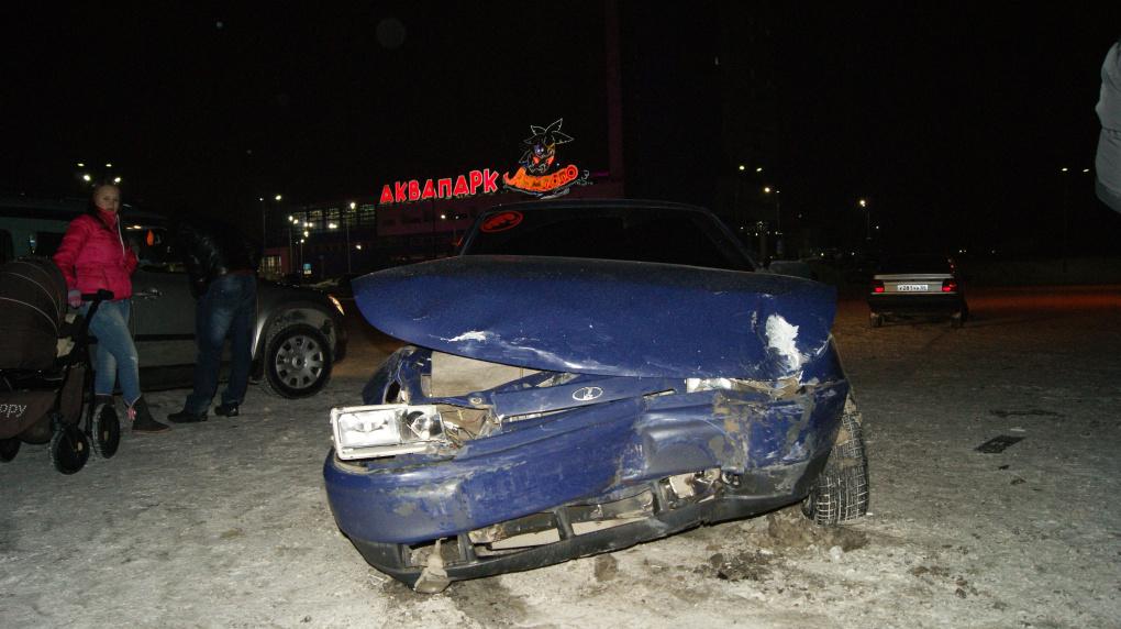 Renault и «десятка» не поделили пустую парковку у «Екатерининского»