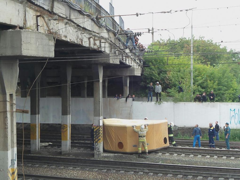 Мужчина, грозившийся покончить с собой, сорвался с Бебелевского моста