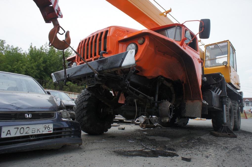 Автокран без тормозов протаранил восемь машин у «Калины»