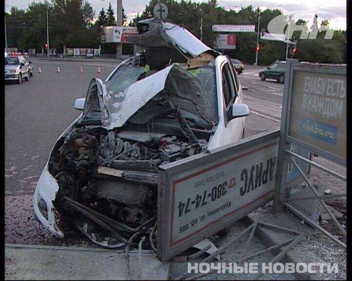 Девушка за рулем Ford снесла остановочный комплекс у цирка
