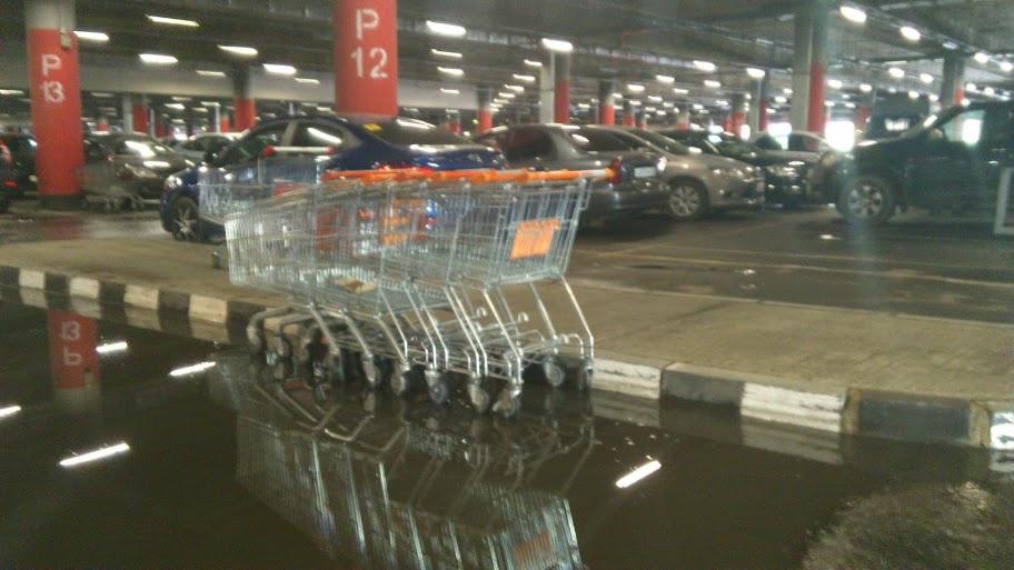 Вода из разорванного трубопровода затопила парковку «МЕГИ»