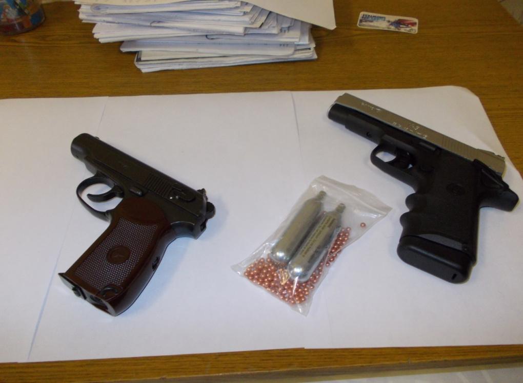 В Новоуральске подростки купили на краденые деньги пистолеты