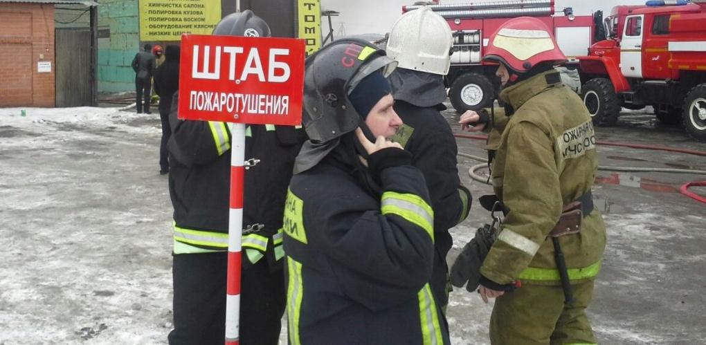 Огнем охвачена площадь в 300 квадратных метров: на «Уралмашзаводе» полыхает один из цехов