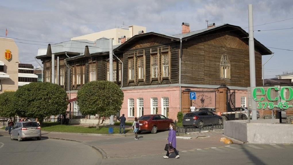 В Екатеринбурге отреставрируют дом-памятник, в котором работает управление госохраны ОКН и секс-шоп