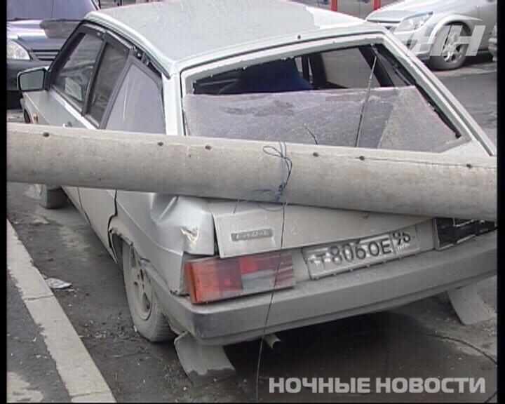 На Технической столб рухнул на припаркованную «девятку»
