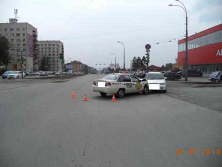 На Уралмаше Mazda врезалась в такси