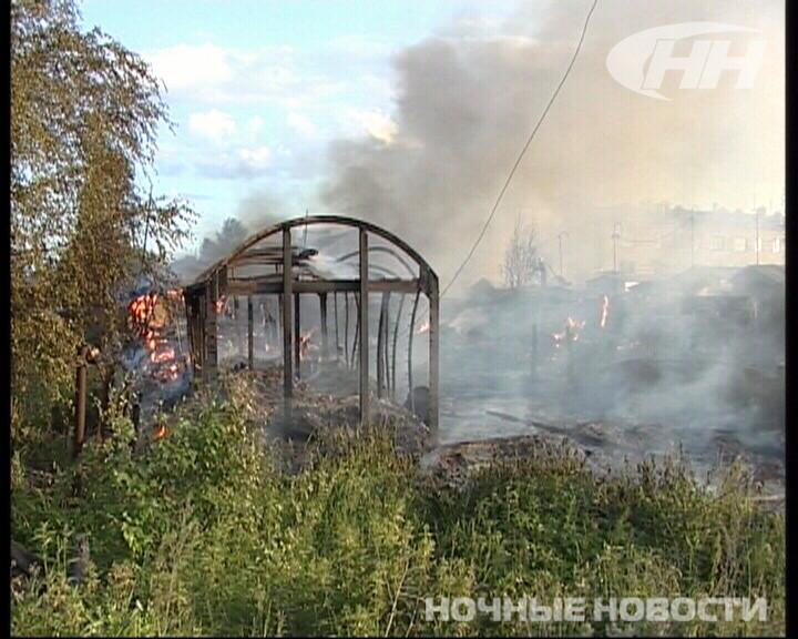 В Северке огонь уничтожил несколько гаражей и сараев