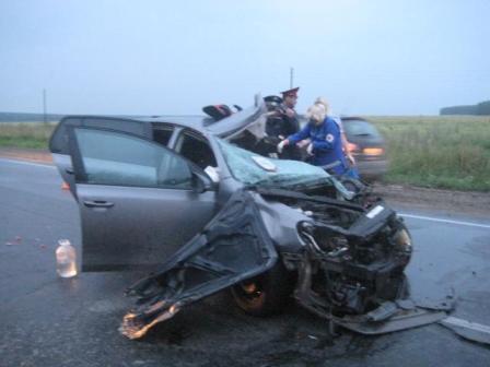 На Тюменском тракте иномарка врезалась в грузовик