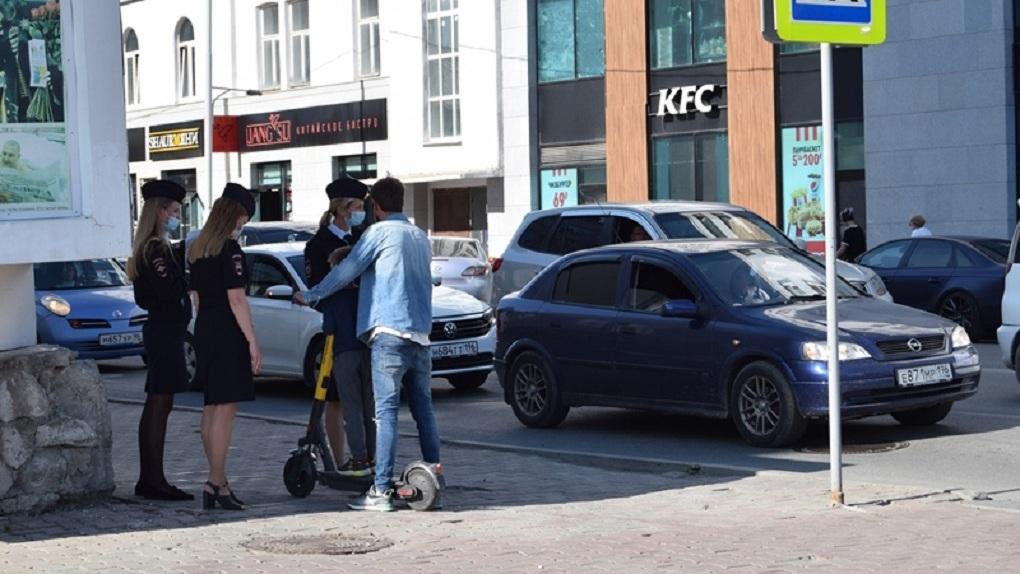 Полицейские Екатеринбурга вышли в рейд по самокатчикам и велосипедистам