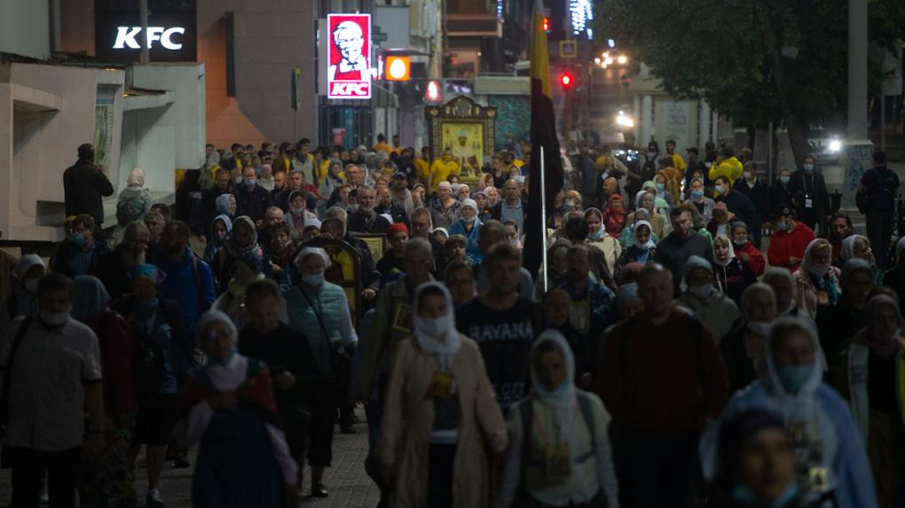 Тысячи верующих прошли по центру Екатеринбурга. Фоторепортаж с запрещенного крестного хода
