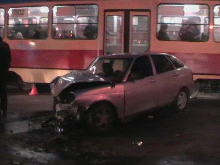 В столкновении ВАЗа и автобуса на Баумана пострадали 4 человека