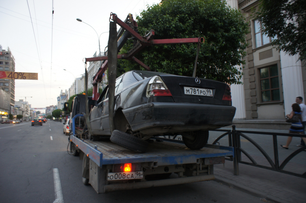 В центре Екатеринбурга Mercedes сыграл в оградительный забор